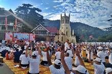 PHOTOS: योग दिवस पर शिमला के रिज मैदान पर योग क्रियाएं