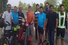 दो विदेशी प्रेमी जोड़ा लंबे 'साइकिल सफर' पर, पर्यावरण व स्वास्थ्य के प्रति कर रहा जागरूक