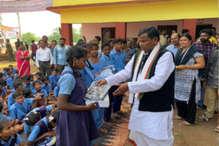 नक्सलगढ़ में 13 साल से बंद स्कूल में शुरू हुई पढ़ाई