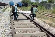 ट्रेन की बोगी पर चढ़ ले रहा था सेल्फी, हाईवोल्टेज तार की चपेट में आने से मौत