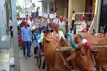 PHOTOS : बच्चों को बैलगाड़ी पर लेकर स्कूल पहुंचे मास्टर साहब