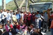 हिमाचल के कल्लू में छात्रों ने चंडीगढ़-मनाली हाईवे किया जाम
