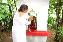 यहां मंदिर जाने से पहले कुत्ते की समाधि की पूजा करते हैं लोग