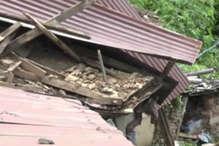 मानसून: पहली ही बारिश में ढहा मकान, बाल-बाल बचा बुजर्ग दंपति