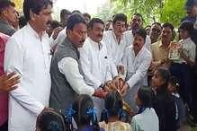 कांग्रेस के मंत्रियों ने बांटी BJP नेताओं की फोटो लगी कॉपी