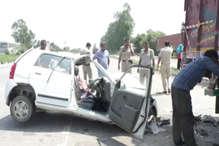 यहां खड़े ट्रक से टकराई कार, एक की मौत दूसरे की हालत नाजुक