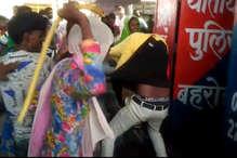 Viral Video: लड़कियों ने पुलिस चौकी में की मनचले की धुनाई