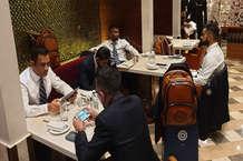 वर्ल्ड कप 2019: एयरपोर्ट पर सूट-बूट में मस्ती करती दिखी टीम इंडिया, धोनी-चहल-राहुल गेम खेलने में मशगूल