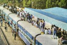दिवाली पर घर पहुंचने की लगी होड़, बसों में जगह नहीं, ट्रेनों की छतों पर बैठे लोग