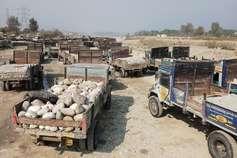 ट्रैक्टर ट्रॉली से खनन सामग्री उठाने का विरोध, धरने पर बैठे शक्तिमान चालक