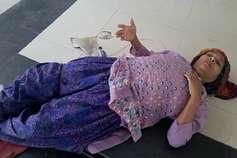 घंटों तक फर्श पर लेटी रही कैंसर पीड़िता, दिव्यांग बेटा काटता रहा कार्यालय के चक्कर
