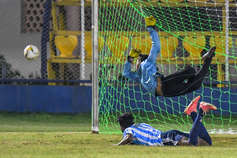 PHOTOS: मिनी इंडिया में फुटबॉल का ऐसा रोमांच देखा आपने