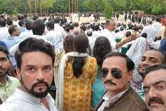 अटल जी की अंतिम यात्रा में BJP सांसद अनुराग ने ली सेल्फी, कांग्रेस ने कसा तंज