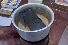 कोर्ट में कंपनी ने किया दावा- हमारा मोबाइल वाटरप्रूफ, जज ने पानी में डलवाया तो हो गया बंद