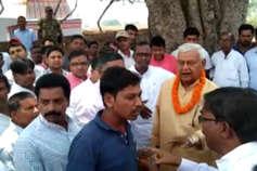 वोट मांगने पहुंचे बीजेपी सांसद को ग्रामीणों ने दिखाया आइना, पूछा- कहां है विकास