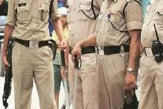 पुलिसवालों की आंख में ग्रामीणों ने डाली मिर्ची, फिर की पिटाई