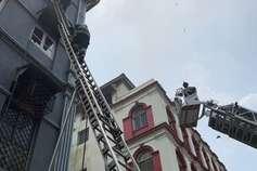 मुंबई: ताज होटल के पास इमारत में लगी आग