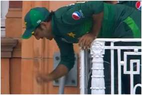 लॉर्ड्स की बालकनी से लटके पाकिस्तान के कप्तान सरफराज अहमद, तस्वीर वायरल
