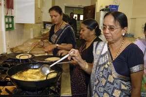 खाना बनाने का है शौक तो ऐसे करें घर बैठे लाखों की कमाई