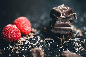 खाने से पहले खाते हैं चॉकलेट तो हो जाएं सावधान! हो सकती है ये बीमारी