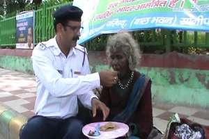 PHOTOS: एक पुलिसवाला ऐसा जिसने गरीबों के साथ कुछ इस अंदाज में मनाया स्वतंत्रता दिवस