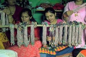 PHOTOS: फौजी भाईयों के लिए दिन-रात राखियां बनाने में जुटीं महिलाएं, ताकि सूनी न रहे कलाई