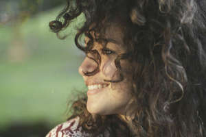 घुंघराले बाल वाली स्त्रियां होती हैं क्रिएटिव, बालों से जानिए महिलाओं के राज