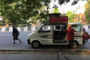 दिल्ली के लोगों को मुफ्त में पानी पिलाता है लंदन से आया ये शख्स