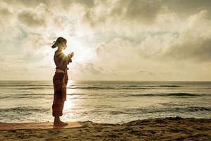 Benefits of Yoga: मानसिक शांति के साथ त्वचा, बालों में चमक भी लाता है योग
