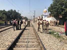 अमृतसर हादसा: रेल की पटरी खाली कराने गई पुलिस पर फूटा लोगों का गुस्सा, देखें तस्वीरें