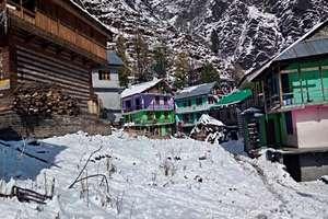 PHOTOS: बर्फबारी से लकदक हुआ कुल्लू का प्रसिद्ध मलाणा गांव, चांदी की तरह चमकी घाटी
