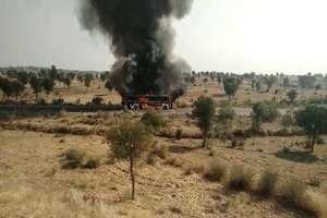 PHOTOS: बठिंडा से जयपुर जा रही स्लीपर बस में लगी आग, टायर फटने से हुआ हादसा