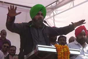 रीवा में रोड शो: तस्वीरों में देखें नवजोत सिंह सिद्धू का अंदाज