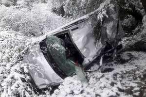PHOTOS: बर्फबारी के बीच शिमला में हादसा, एक किमी नीचे तक लुढ़कती गई कार