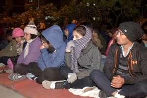 PHOTOS: सर्द रात में धरने पर बैठे रहे दून मेडिकल कॉलेज के छात्र, आखिर झुका प्रबंधन