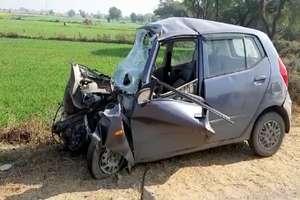 PHOTOS: रेवाड़ी में कार को अज्ञात वाहन ने मारी टक्कर, दो इंजीनियर की मौत
