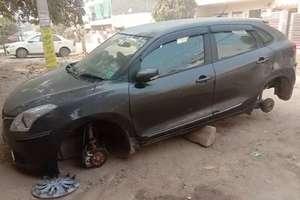 PHOTOS: टायर चुराकर ईंटों पर लग्जरी कार को खड़ा कर फरार हो गए चोर