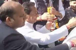 तस्वीरों में देखें: आवास के बाहर समर्थकों की भीड़, कमलनाथ ने बाहर निकल किया अभिवादन