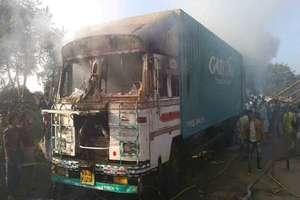 PHOTOS : ट्रक में शॉर्ट सर्किट से लगी आग, चालक-परिचालक ने कूद कर बचाई जान