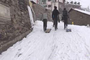 PHOTOS: बर्फबारी ने लाहौल में बढ़ाई मुश्किलें, बच्चों ने इसे खेल बना लिया