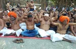 PHOTOS: मुंबई के आजाद मैदान में अर्धनग्न होकर किसानों का धरना प्रदर्शन