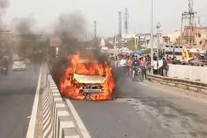 PHOTOS: NH-2 पर चलती कार में लगी आग, हाइवे पर लगा लंबा जाम