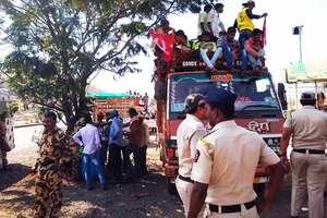 नासिक जा रहे सैकड़ों किसानों को पुलिस ने कसारा घाट पर रोका