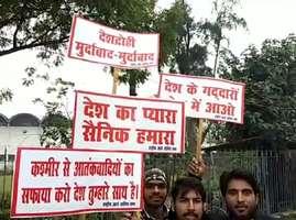 PHOTOS: दिल्ली-लाहौर के बीच चलने वाली बस रोकने हाईवे पर उतरे लोग, 4 को हिरासत में लिया