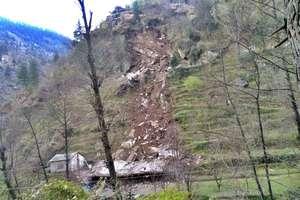 PHOTOS: घर पर दरकी पहाड़ी, मलबे में दबे दपंति, छत तोड़कर सकुशल निकाले गए