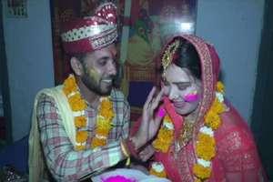 PHOTOS: होली के दिन सात समंदर पार आकर विदेशी मेम ने देशी छोरे से रचाई शादी
