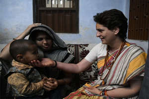 काशी विश्वनाथ में आरती और फैन्स के साथ सेल्फी, ऐसी रही प्रियंका की गंगा यात्रा