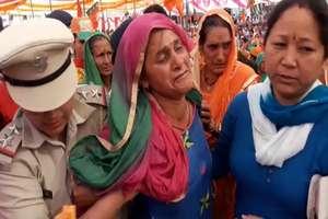 PHOTOS: CM की रैली में पहुंची लापता युवक की मां, सुरक्षा कर्मियों ने बाहर निकाला