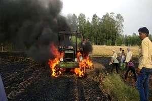 खेत में काम करते समय ट्रैक्टर में अचानक लगी आग, किसानों ने ऐसे बचाई जान