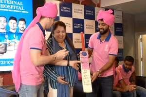 PHOTOS: हार्ट अटैक ट्रीटमेंट Helpline को राजस्थान रॉयल्स के खिलाड़ियों ने किया लॉंच